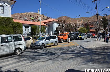 En la imagen se aprecian cinco motorizados estacionados en doble fila