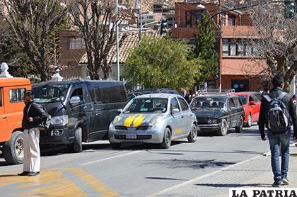 Algunos vehículos se quedaron por más de 10 minutos parqueados indebidamente