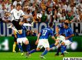 Thomas Müeller rechaza ante la arremetida de los italianos /AS.COM