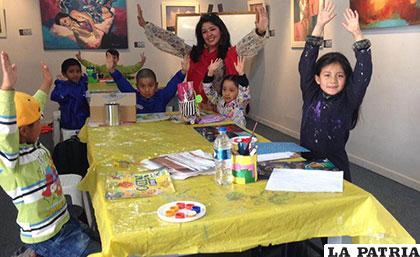 Verónica Guzmán trabajando con los niños artistas
