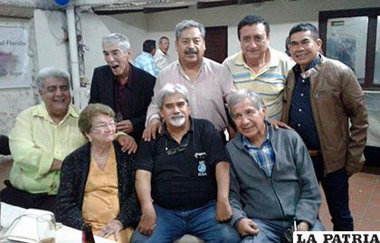 Grupo de profesionales ingenieros que se reunieron en Santa Cruz para festejar el aniversario de la FNI