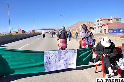 El bloqueo impidió el paso de buses y vehículos pequeños en la carretera Oruro-La Paz