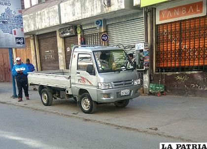 La camioneta parqueada sobre la vereda en la calle Bolívar