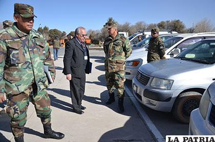 El comandante de la Segunda División de Ejército, general Gary Mejía Soliz (derecha) acompañado del gerente de la Aduana Regional Oruro, �?scar Arancíbia Montecarlo, realizan una inspección a los vehículos comisados