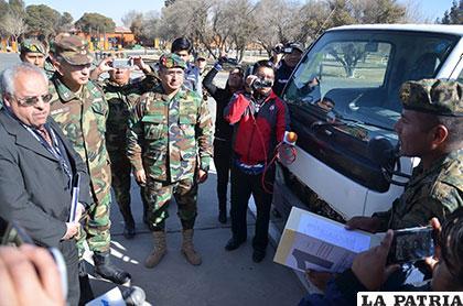 Uno de los efectivos militares muestra ante las autoridades, los documentos del caso de comiso