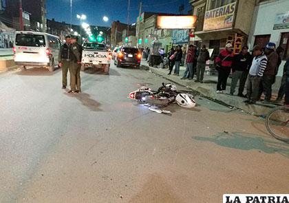 La moto del herido acabó sobre el asfalto