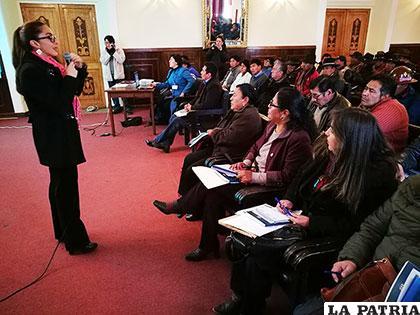La ministra Prado explicando el Plan de Desarrollo Económico Social a los asistentes