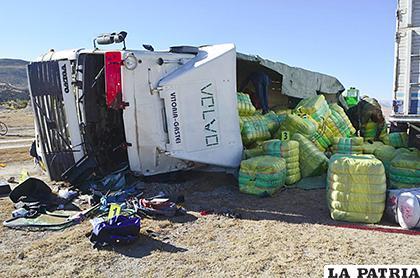 El camión volcó por la intención de los ocupantes de escapar del control aduanero