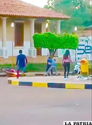 El instante del atraco fue filmado por un testigo /Taxi Noticias