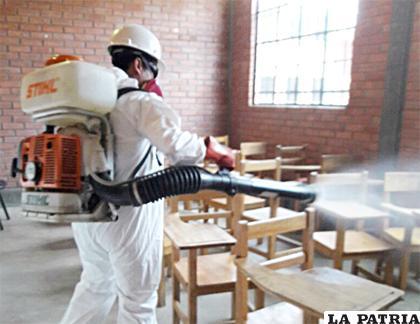 Continúa el fumigado de colegios para prevenir brote de paperas después del descanso pedagógico /ARCHIVO