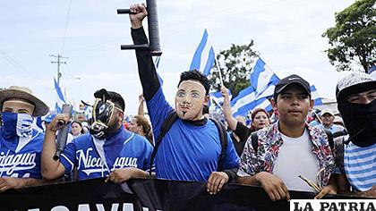Manifestantes usan máscaras folklóricas durante una marcha en Managua, Nicaragua /ELNUEVOHERALD.COM