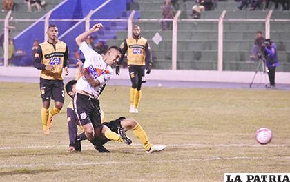 Gerardo Yecerotte remata al arco rival ante la marca de su contrincante /APG