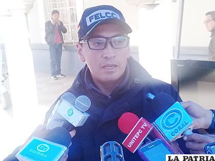 El jefe de la División Trata y Tráfico de Personas de la Felcc, teniente Bryan Gonzáles