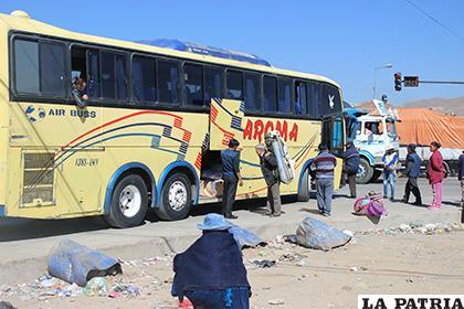 No se respetan normas y buses siguen recogiendo pasajeros fuera de la terminal /LA PATRIA