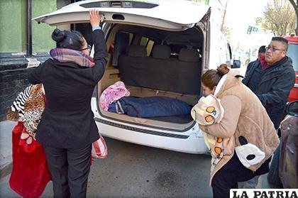 La mujer desciende del vehículo en el que llegó de Sucre /LA PATRIA