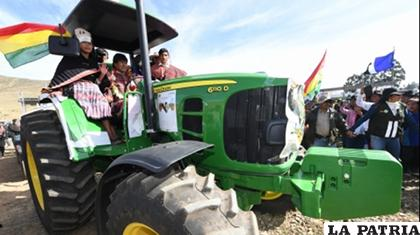 Evo Morales en uno de los tractores entregados en Viacha /ABI