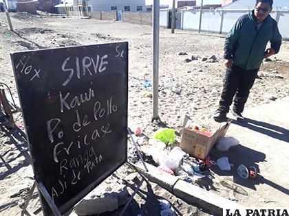 Junto a la anuncia de comida había basura /LA PATRIA