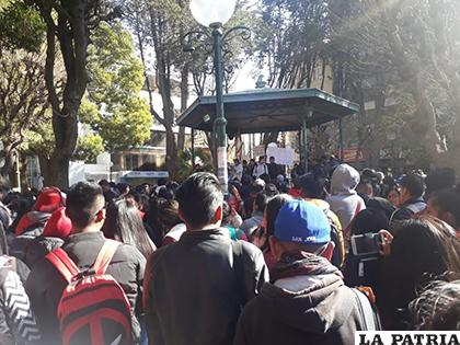Universitarios se movilizaron en contra de la jefa de Asuntos Estudiantiles /LA PATRIA
