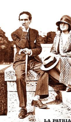 César Vallejo con su esposa Georgette, sentados en una grada de los jardines de Versalles