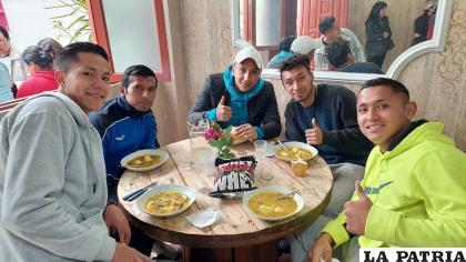 Un almuerzo de camaradería para motivar a los futbolistas /SOS
