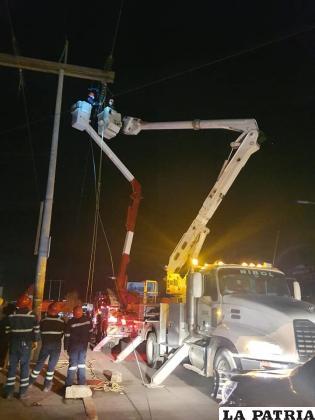 El trabajo de reparación que realizó anoche el personal de empresa de electricidad /ENDE DeOruro