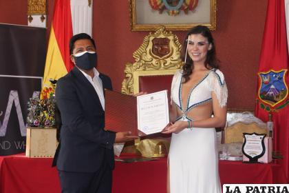 El burgomaestre Wilcarani hizo entrega del reconocimiento a la más bella de Bolivia /LA PATRIA