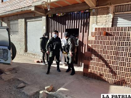 Efectivos policiales llegaron hasta la casa para la investigación preliminar /LA PATRIA