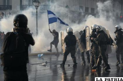 La policía de Grecia usa gas lacrimógeno para dispersar a unos manifestantes durante un mitin en la plaza Sintagma, en el centro de Atenas /AP Foto/Yorgos Karahalis