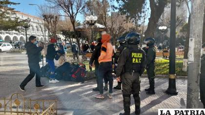 Los inmigrantes en la plaza principal 10 de Febrero /LA PATRIA