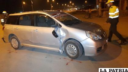 La vagoneta registró daños materiales en la parte lateral derecha /LA PATRIA