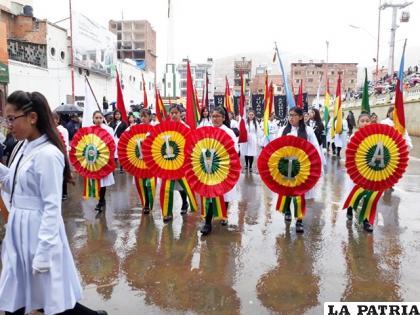 El último desfile escolar por 6 de Agosto fue en 2019 /elsajama.com