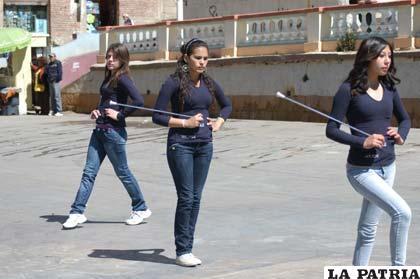 Gallardos Jovenes Y Bellas Damitas Guiando Las Bandas Estudiantiles