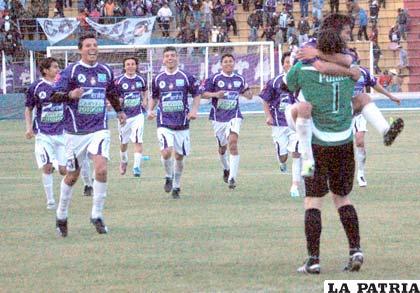 Jugadores de Real Potosí celebran la clasificación