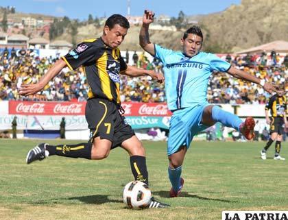 Marco Paz intenta rematar ante la marca de Rudy Cardozo