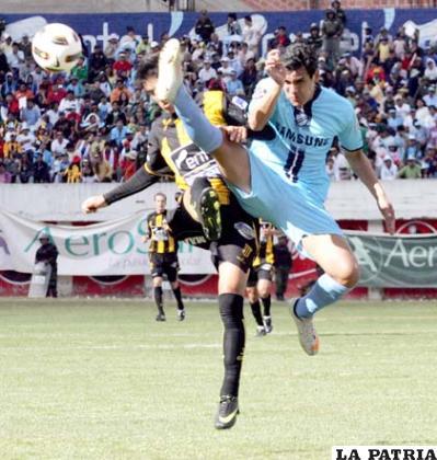Ronald García levanta demasiado la pierna para rechazar el balón