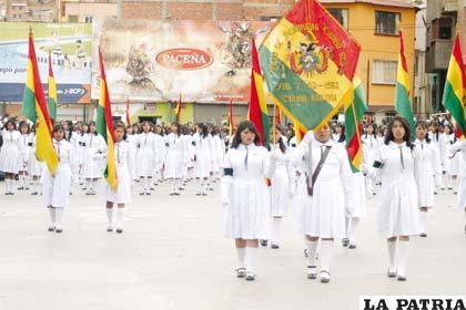 Abanderadas del Liceo de Señoritas Oruro