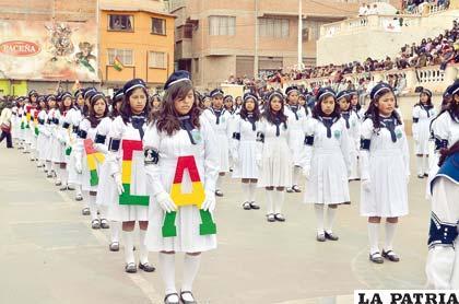 Alumnas del Liceo Antofagasta impecablemente uniformadas durante el desfile escolar