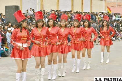 Representantes de la banda de la Unidad Educativa Oruro Ottawa lucen elegantes trajes de estilo militar