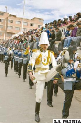 Jan Sejas, conduce la banda del  Colegio Sebastián Pagador