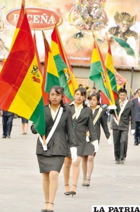 Representantes provinciales de Soracachi presentes en el homenaje patrio
