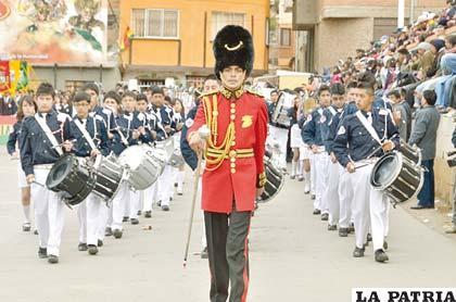 Clásico uniforme de la guardia británica es la característica del guaripolero del Colegio Anglo Americano