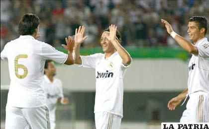 Jugadores de Real Madrid, celebran el primer lugar del evento