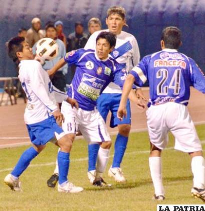 Isaías Dury intenta dominar el balón