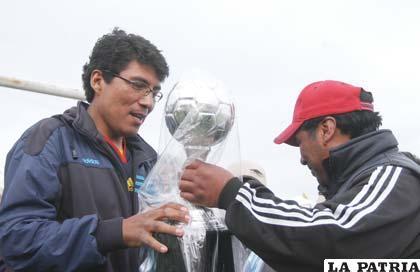 El capitán de Odontólogos recibe el trofeo de campeón