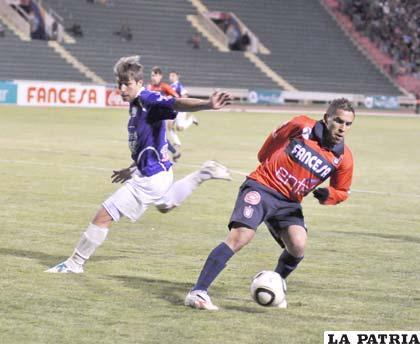 Marcos Ovejero intenta dominar el balón