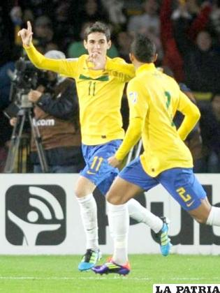 Oscar y Danilo, celebran el gol conquistador por Brasil