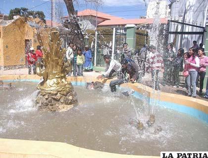 Los jóvenes se divierten en las fuentes de agua de la ciudad