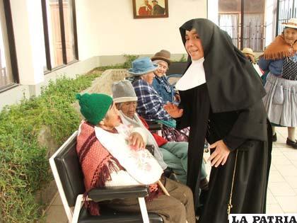 """""""Hermanitas de los Ancianos Desamparados de Oruro"""", atienden con esmero al los adultos mayores que son albergados en el Hogar """"La Sagrada Familia"""""""