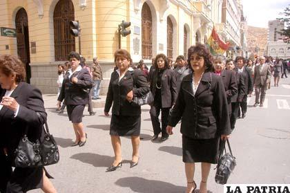 Desfile en conmemoración al Día Mundial del Peluquero