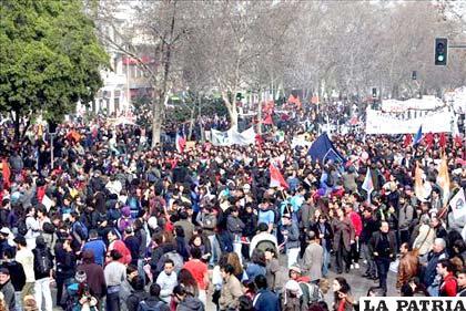 Miles de personas se manifiestan por la Alameda, principal avenida del centro de Santiago (Chile)